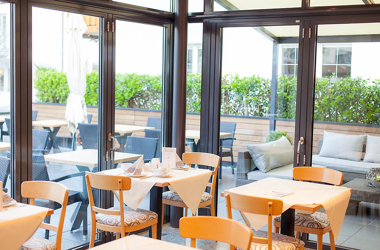 Frühstücksbereich und seitliche Terrasse.